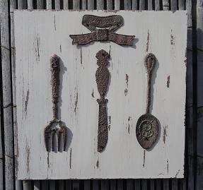 bestek-met-strik-op-houten-paneel